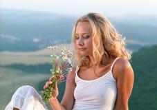 Mooie vrouw met bos van wildflowers royalty-vrije stock afbeelding