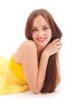Mooie vrouw met bruin haar in elegante gele kleding royalty-vrije stock foto