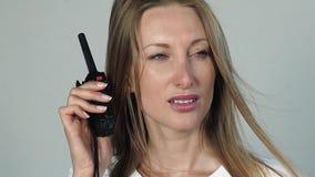 Mooie vrouw met cb radio stock videobeelden