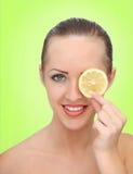 Mooie vrouw met citroen Royalty-vrije Stock Afbeeldingen