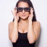 Studio van mooie vrouw met 3D glasess is ontsproten die Royalty-vrije Stock Afbeelding