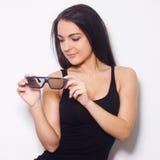 Studio van mooie vrouw met 3D glasess is ontsproten die Stock Foto's