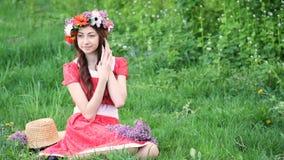 Mooie vrouw met de bloemen van kroonoogsten op weide Gelukkige vrouw in de lente of zomer Ik houd van met installaties te werken stock footage