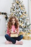Mooie vrouw met de exemplaar-ruimte van Kerstmis Gift Stock Afbeelding