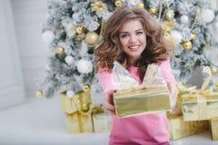 Mooie vrouw met de exemplaar-ruimte van Kerstmis Gift Royalty-vrije Stock Afbeeldingen