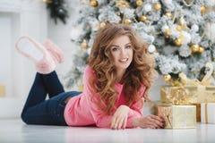 Mooie vrouw met de exemplaar-ruimte van Kerstmis Gift Royalty-vrije Stock Afbeelding