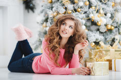 Mooie vrouw met de exemplaar-ruimte van Kerstmis Gift Stock Afbeeldingen