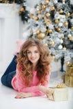 Mooie vrouw met de exemplaar-ruimte van Kerstmis Gift Royalty-vrije Stock Fotografie