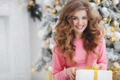 Mooie vrouw met de exemplaar-ruimte van Kerstmis Gift Royalty-vrije Stock Foto