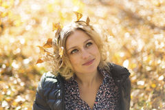 Mooie vrouw met de herfstbladeren Royalty-vrije Stock Fotografie
