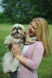 Mooie vrouw met de leuke hond van shihtzu in openlucht Royalty-vrije Stock Foto's