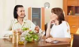 Mooie vrouw met de mens die veggie salade thuis eten Royalty-vrije Stock Fotografie