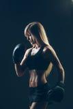 Mooie vrouw met de rode zwarte bokshandschoenen, Stock Fotografie