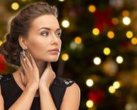 Mooie vrouw met diamantjuwelen op Kerstmis stock afbeelding