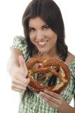 Mooie vrouw met dirndl en pretzel Stock Foto's