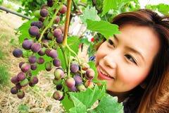Mooie vrouw met druif Stock Foto