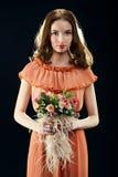 Mooie vrouw met een boeket van bloemen Royalty-vrije Stock Foto