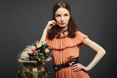 Mooie vrouw met een boeket van bloemen Royalty-vrije Stock Foto's