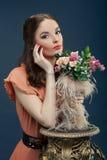 Mooie vrouw met een boeket van bloemen Royalty-vrije Stock Afbeelding