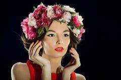 Mooie vrouw met een kroon op hoofd Stock Fotografie
