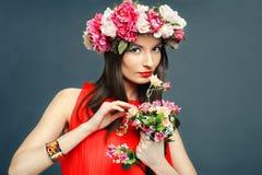 Mooie vrouw met een kroon op hoofd en boeket Stock Foto's