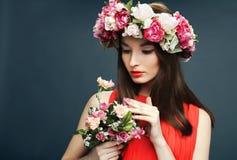 Mooie vrouw met een kroon op hoofd en boeket Stock Afbeeldingen