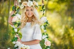 Mooie vrouw met een kroon van bloemen stock afbeeldingen