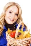 Mooie vrouw met een mand rijpe vruchten Stock Afbeeldingen