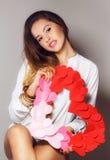 Mooie vrouw met een symbool van de dag van Valentine Stock Afbeeldingen