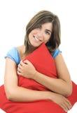 Mooie vrouw met een zacht kussen stock afbeelding