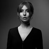 Mooie vrouw met elegante hals in manier zwart jasje lookin royalty-vrije stock foto's