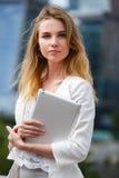 Mooie vrouw met elektronisch lusje in de straat Stock Foto