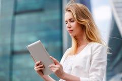 Mooie vrouw met elektronisch lusje in de straat Stock Foto's