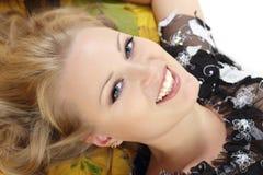 Mooie vrouw met esdoornbladeren Royalty-vrije Stock Foto's