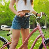 Mooie vrouw met fiets in het park Royalty-vrije Stock Foto's