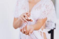 Mooie vrouw met fles parfum royalty-vrije stock foto