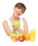 Mooie vrouw met fruit en sap stock afbeeldingen