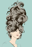 Mooie vrouw met funky gedetailleerd haar royalty-vrije illustratie