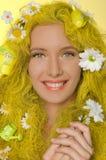 Mooie vrouw met gele haar en madeliefjes Stock Afbeelding