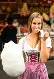 Mooie vrouw met gesponnen suiker stock foto's