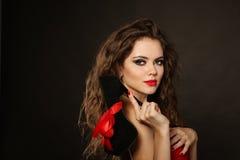 Mooie vrouw met giftschoen in de hand Stock Afbeelding
