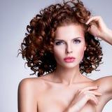 Mooie vrouw met glamourmake-up en modieus kapsel Stock Afbeeldingen