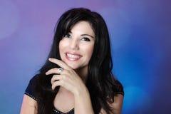 Mooie vrouw met glanzend zwart haar en grote gelukkige glimlach royalty-vrije stock foto