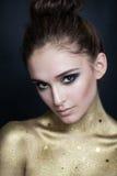 Mooie Vrouw met Gouden Huid en Smokey Eyes Makeup Royalty-vrije Stock Foto's