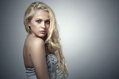 Mooie vrouw met groene ogen Schoonheids Blond Meisje met Krullend haar Stock Afbeelding
