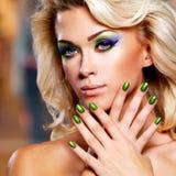 Mooie vrouw met groene spijkers Stock Fotografie