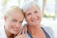Mooie vrouw met haar moeder Royalty-vrije Stock Afbeeldingen