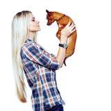 Mooie vrouw met haar weinig puppy geïsoleerd over witte backgroun stock foto