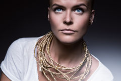 Mooie vrouw met halsband van gouden kabel stock foto