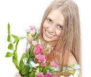 Mooie vrouw met heldere kleurenbloemen Stock Foto's